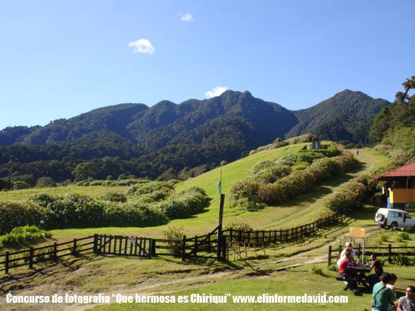 Este paisaje es en el sendero Los Quetzales, Cerro Punta, es la casa de los guarda bosque donde puedes merendar, y pasar un rato agradable